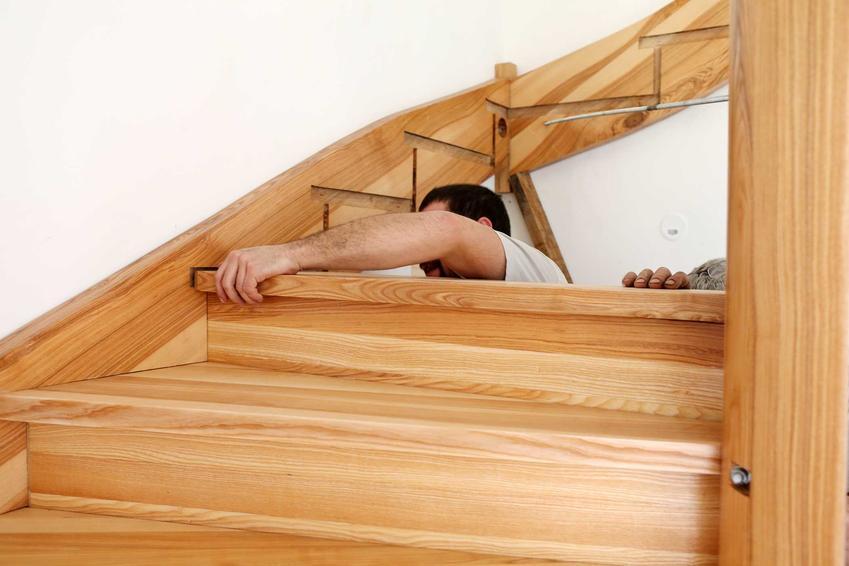 Montaż schodów drewnianych powinny wykonywać specjaliści. Zakładanie drewnianych schodów samonośnych jest dość skomplikowane i wymaga bardzo precyzyjnej pracy.