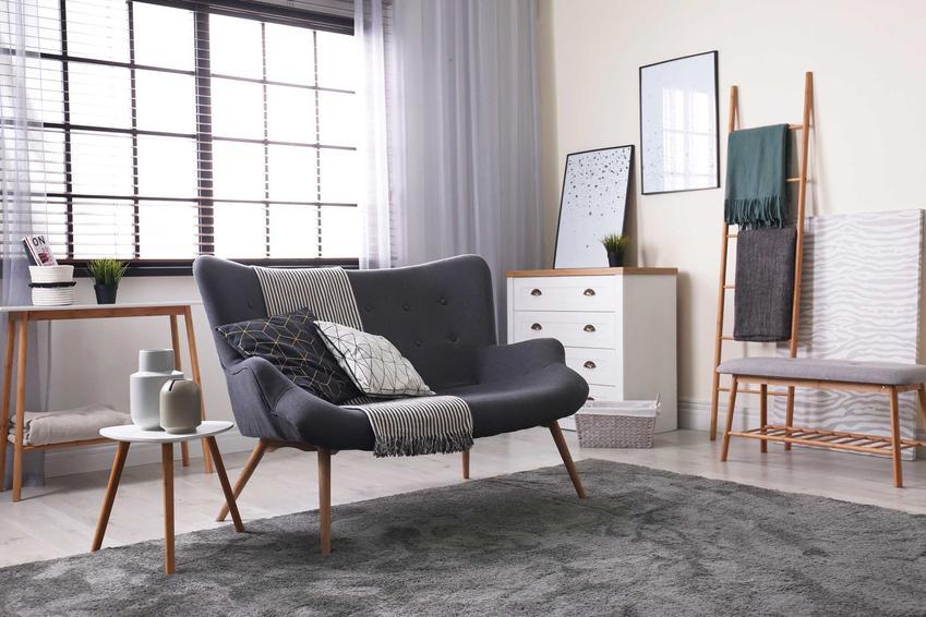 Szary dywan to największy hit modowy ostatnich lat. Jest skromny i delikatny, ale świetnie pasuje do wszystkich aranżacji.