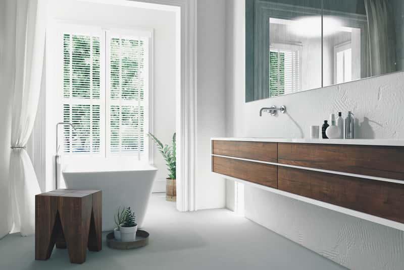 Nowoczesne meble łazienkowe z drewnianymi wstawkami, a także ceny, rodzaje i opinie oraz polecani producenci mebli łazienkowych