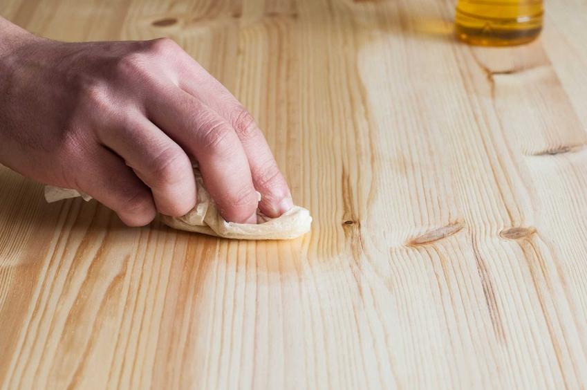 Meble drewniane wymagają regularnej pielęgnacji i impregnacji. Potrzebują smarowania impregnatem lub olejowania, są jednak trwałe i eleganckie.
