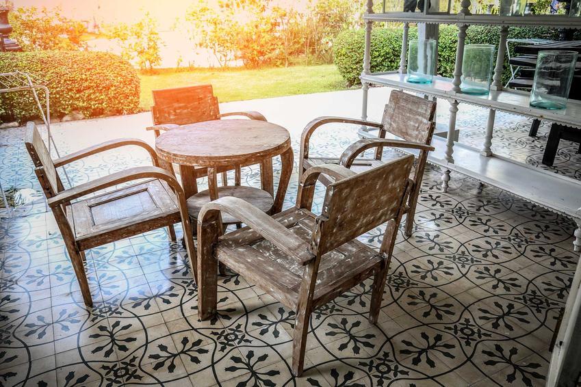 Meble kolonialne są dość popularne ze względu na niezwykłe stylizacje i rustykalny charakter, który je wyróżnia. Ceny są dość drogie.