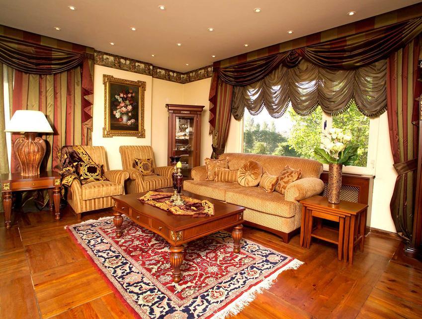 Ręcznie tkane dywany tureckie są bardzo komfortowe. Ładnie się prezentują, zwłaszcza w klasycznych wnętrzach, chociaż można znaleźć także bardziej nowoczesne wzory.