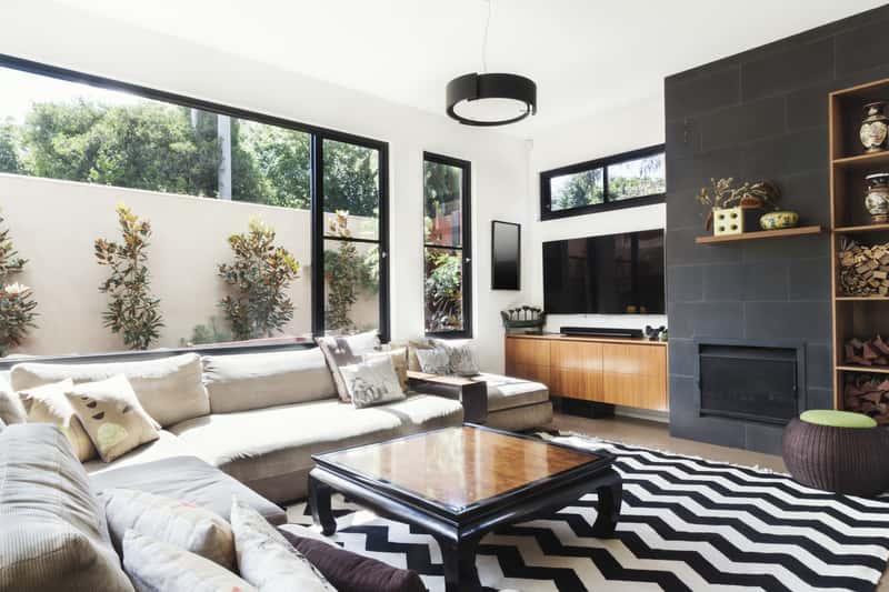 Dywan czarno biały w stylowym salonie, a także TOP 5 modeli dywanów czarno białych idealnych do salonu i producenci