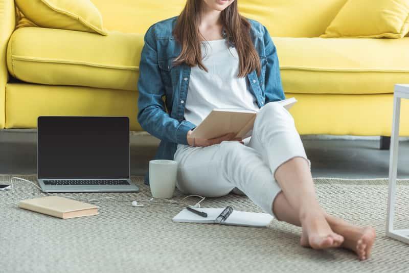 Prosty dywan młodzieżowy w nowoczesnym pokoju nastolatki, a także najlepsze dywany młodzieżowe, ich opinie i ceny