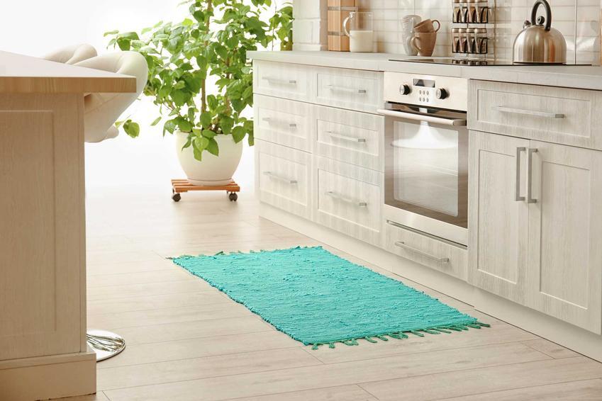 Elegnacki dywan do kuchni ma mnóstwo zastosowań i przepięknie wygląda. Modele od sprawdzonych producentów zbierają świetne opinie i są uważane za trwałe i atrakcyjne.