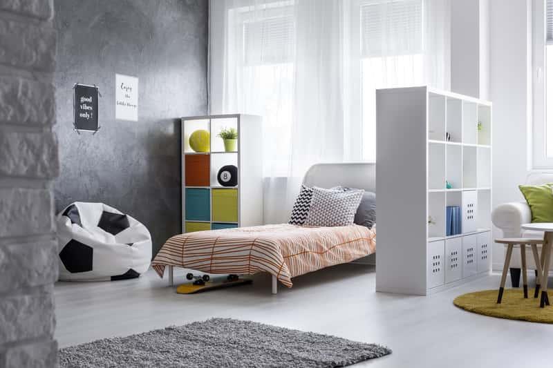 Szary dywanik w pokoju chłopca, a także najlepsze propozycje do pokoju chłopięcego, dywany w różne wzory i modne rozwiązania