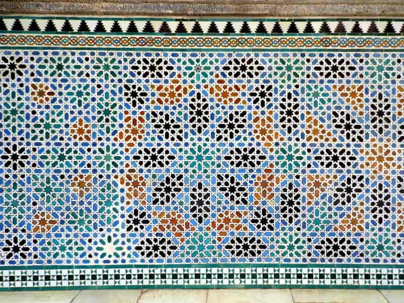 Dywan na ścianie z etnicznymi elementami, a także aranżacja wnętrza z dywanem, modne rozwiązania i inspiracje