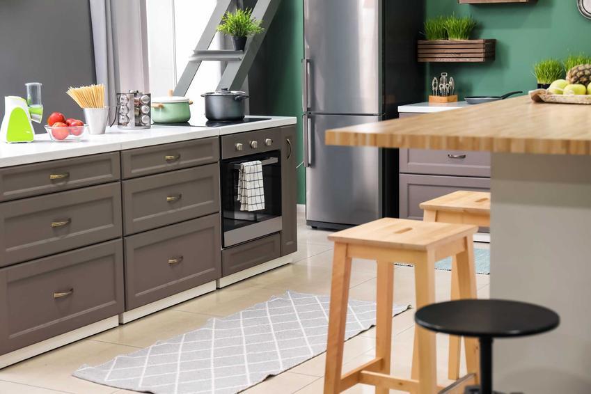 Dywanik do kuchni, zwłaszcza winylowy, to świetne rozwiazanie. Jest to dobrej jakości ochrona dla podłogi, a jednocześnie ceny nie są wygórowane