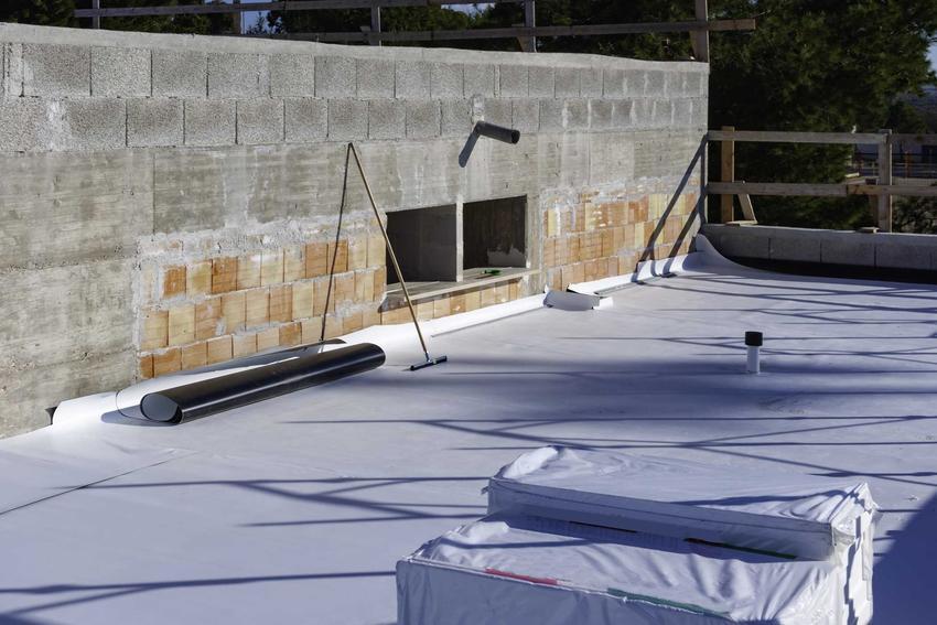 Membrana na dachu to świetne rozwiązanie. Ma wiele zalet, jest paroprzepuszczalna, ale wytrzymała.