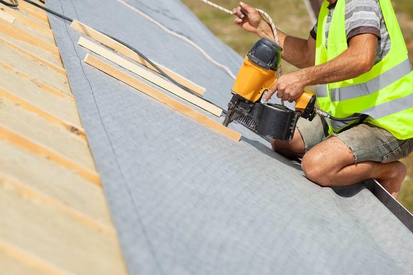 Membrana dachowa powinna być paroprzepuszczalna, wytrzymała na czynniki zewnętrzne i odporna na promieniowanie UV
