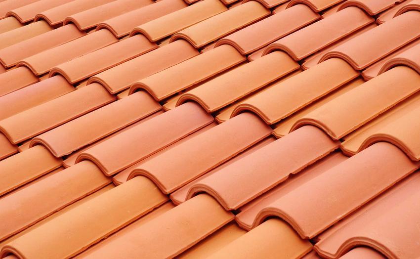 Dachówki ceramiczne potrafią być dość kosztowne. Niestety, ale dach z dachówek ceramicznych to najdroższe rozwiązanie.