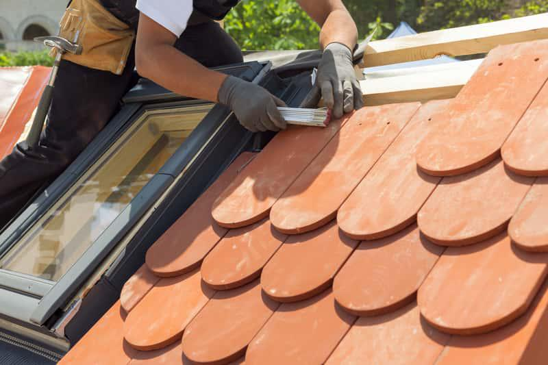 Dachówka karpiówka w czerwonym kolorze na dachu, a także ceny, opinie, producenci, instalacja, zastosowanie, wady i zalety