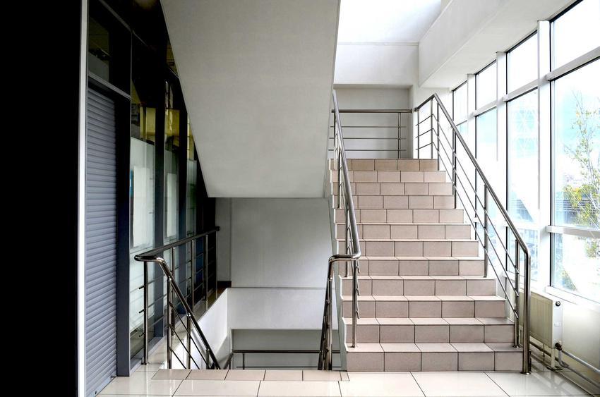 Płytki na schodach wewnętrznych to stosunkowo tanie rozwiązanie. Pasują nie tylko w biurowcach, świetnie komponują się z wnętrzami w stylu nowoczesnym i minimalistycznym