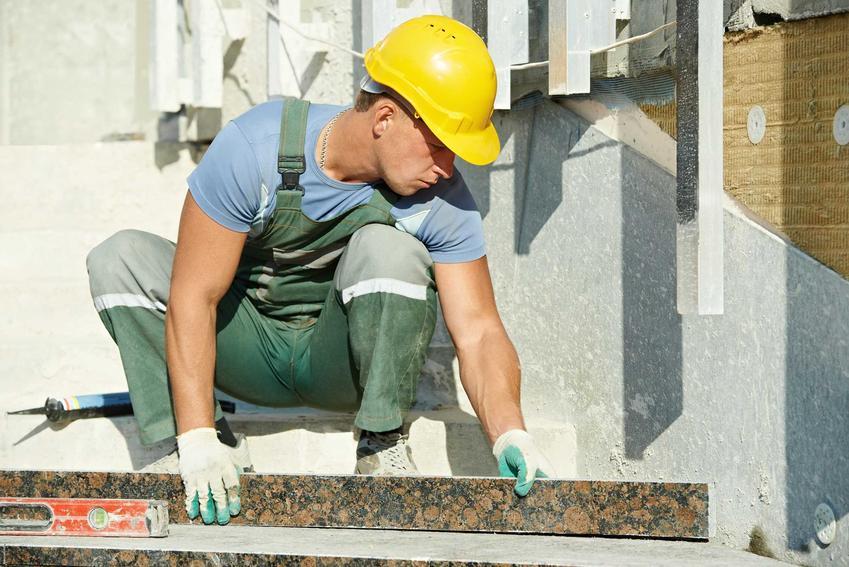 Układanie płytek na schodach lepiej powierzyć specjaliście. Muszą być idealnie dopasowane i odpowiednio zabezpieczone, by nie poddawały się działaniu mrozu ani wody