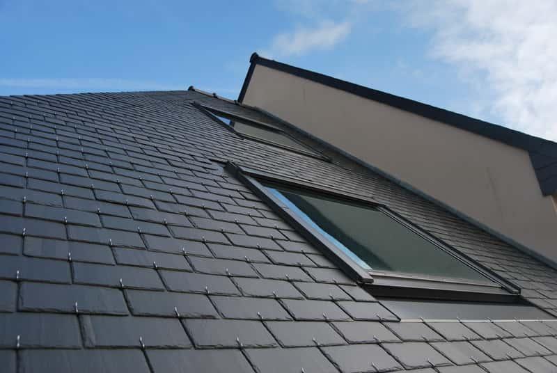 Dachówka płaska w szarym kolorze na dachu, a także najlepsze rodzaje dachówki, opinie, ceny oraz producenci