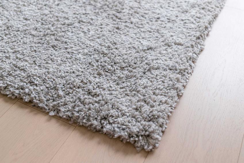 Dywany wełniane z Kowar przepięknie się prezentują. Są ciepłe, czyste, ładnie wyglądają, więc są bardzo popularne, ale ich ceny są wysokie.