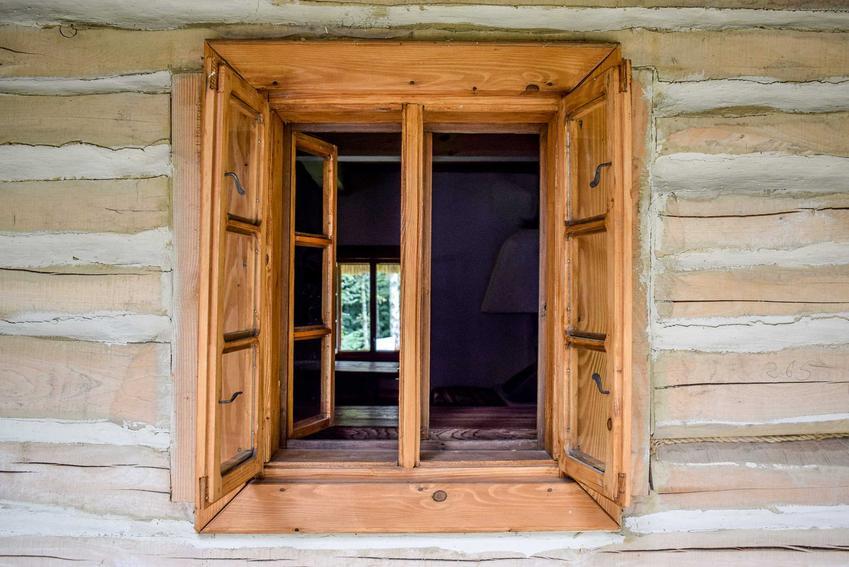 Okna skrzynkowe są typowe dla starych domów w rustykalnym lub wiejskim stylu. Są charakterystyczne i niewielkie, ale mają mnóstwo uroku