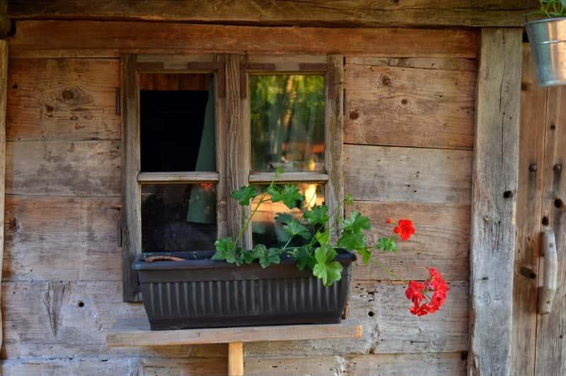 Drewniane okno skrzynkowe w starym drewnianym domu, a także rodzaje okien skrzynkowych, zastosowanie, wiodący producenci