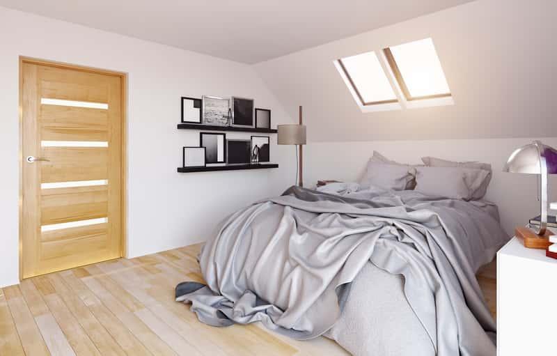 Okno na poddaszu w sypialni, a także rodzaje okien dachowych, opinie, ceny oraz wady i zalety okien dachowych na poddasze