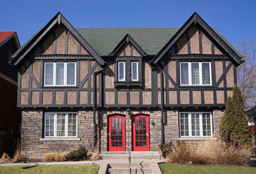 Domy dwurodzinne mają bardzo wiele zalet. Są idealne na małych działkach. To także tańsze rozwiazanie niż wybudowanie dwóch osobnych budynków.