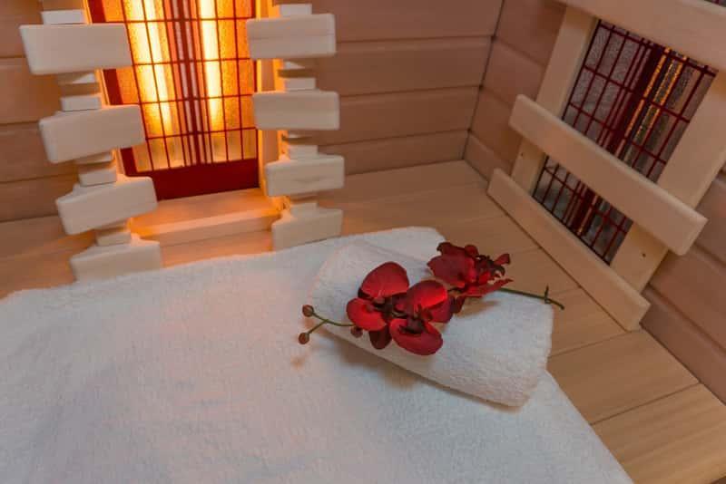 Sauna infrared na podczerwień z ręcznikami w środku, a także zasada działania, opinie, zastosowanie, przeciwwskazania do użycia
