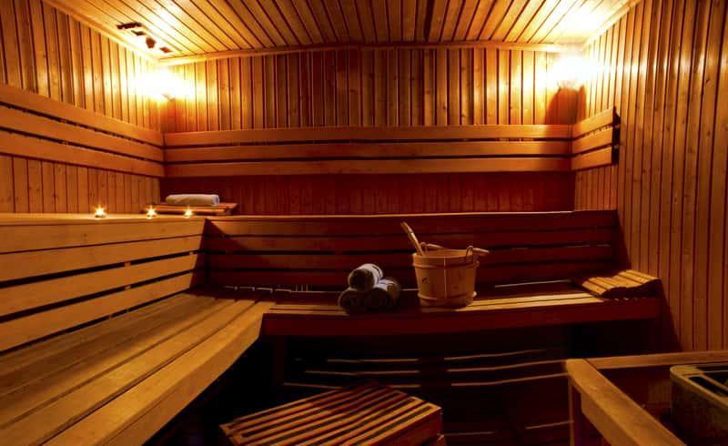 Sauna parowa wykończona drewnem, a także właściwości, działanie, wady i zalety, zastosowanie, korzyści oraz wykoannie