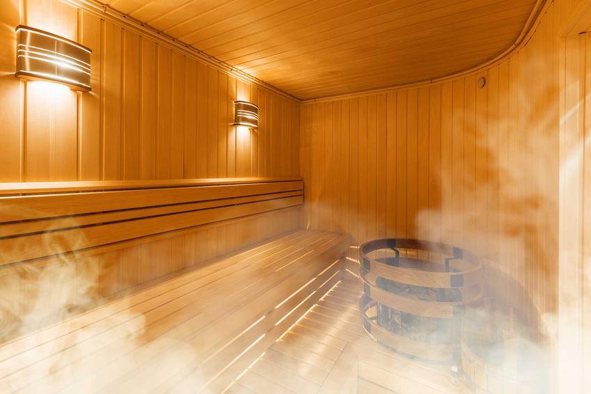 Sauna parowa ma bardzo wiele zalet. Warto z niej korzystać w różnych okolicznościach, chociaż należy mieć także na względzie przeciwwskazania.