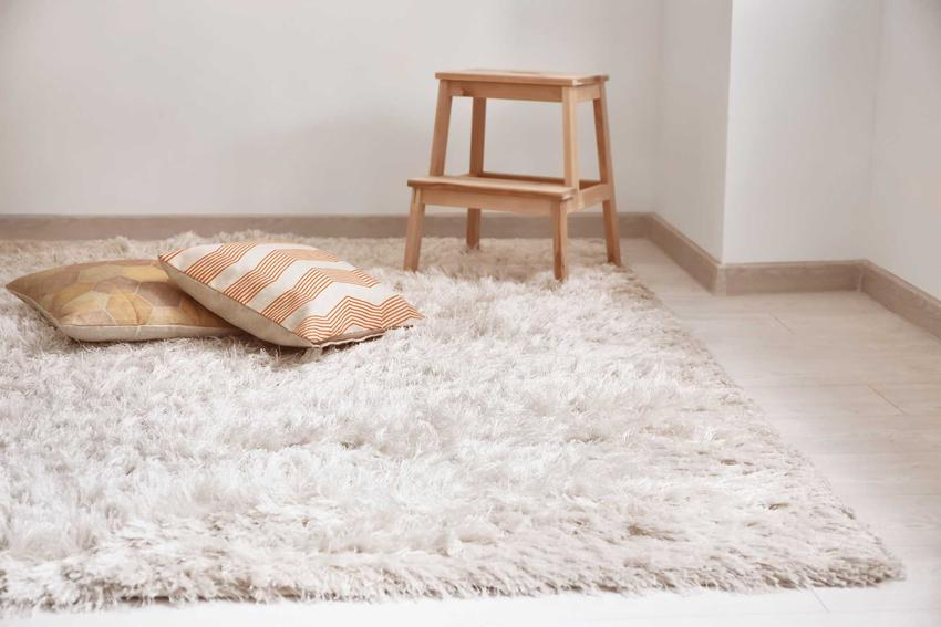 Włochaty, puszysty dywan shaggy najczęściej występuje w jasnych kolorach. W takiej formie najlepiej sprawdza się w niewielkich pomieszczeniach i nowoczesnych mieszkaniach.