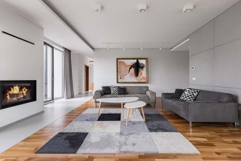 Nowoczesne dywany w salonie z IKEA bardzo dobrze się sprawdzają. Są nowatorskie i bardzo dobrej jakości, mają bardzo modne wzory.