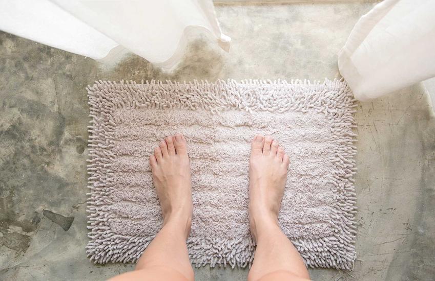 Małe dywaniki łazienkowe są nie tylko ładne, lecz także wygodne i praktyczne. Wspaniale prezentują się w łazience o mniejszych rozmiarach, a dodatkowo ocieplają płytki.