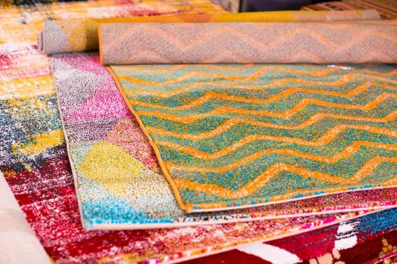 Kolorowe dywany wełniane w sklepie, a także ich cena, rodzaje i polecani producenci oraz oponie o dywanach drewnianych