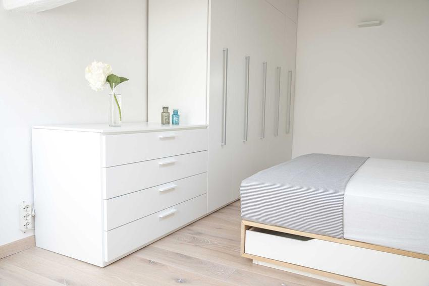 Szafa do sypialni powinna być duża i przestronna, ale musi pasować jeszcze do reszty wyposażenia. Ceny szaf wolnostojące są o wiele bardziej atrkacyjne niż zabudowanych.