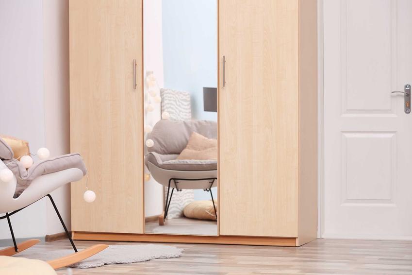 Szafa z lustrem to najlepszy sposób na lekkie odciążenie każdego pomieszczenia. Dzięki panelom lustrzanym niektóre modele wyglądają ciekawiej i zdecydowanie lżej.