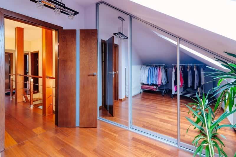 Szafa z lustrem pod schodami, a także najpopularniejsze modele szaf z lustrem oraz polecani producenci i ceny