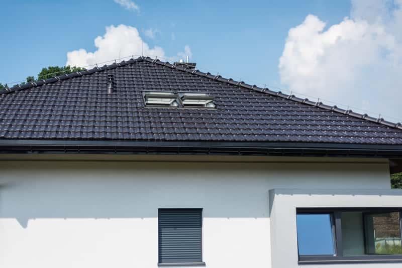 Dachówka grafitowa na dachu domu jednorodzinnego, a także opinie o dachówkach, przykładowe aranżacje oraz wady i zalety