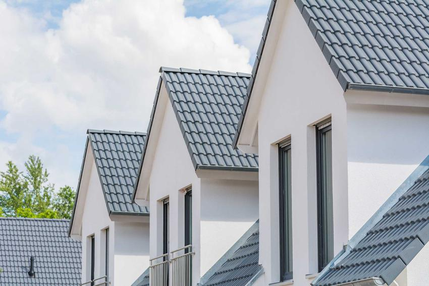 Dachówka grafitowa bardzo ładnie się prezentuje, dlatego wiele osób się na nią decyduje. Najlepiej wygląda na nowoczesnych domach.
