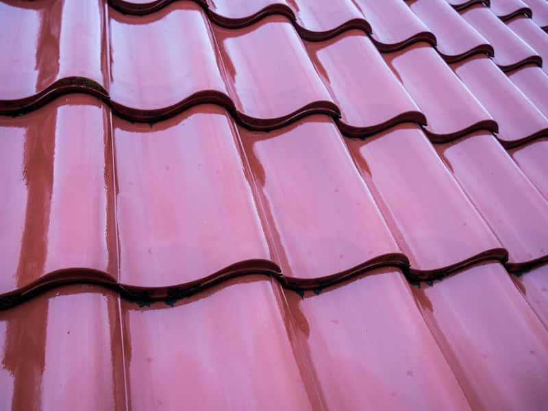 Dachówka esówka w czerwonym kolorze to świetny sposób na zrobienie dachu od podstaw lub jego wyremontowanie.