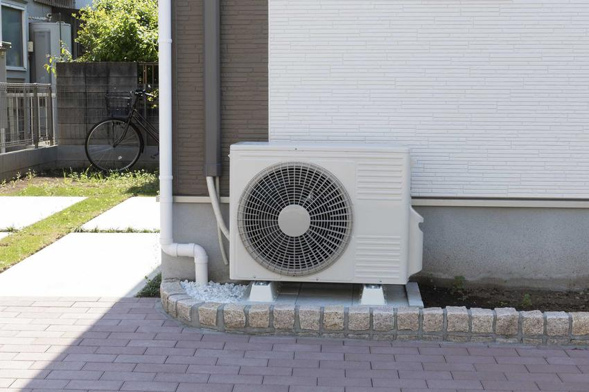 Klimatyzacja w domu najczęściej wymaga zamontowania urządzenia zewnętrznego, które będzie odprowadzało powietrze poza pomieszczenie