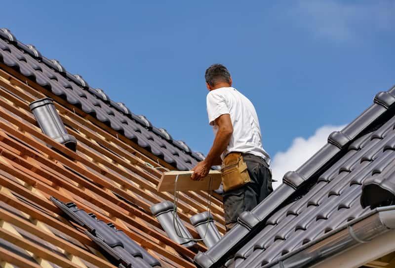Dachówka Wienerberger w czasie układania na dachu, a także rodzaje, kolory, modele, ceny oraz opinie krok po kroku