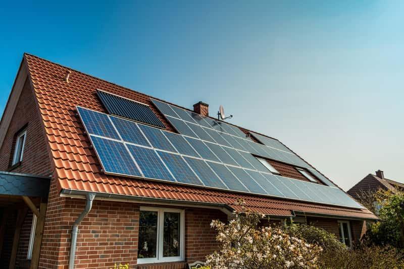 Dachówka fotowoltaiczna to wygodne i ekologiczne rozwiązanie. Montaż na dachu jest prosty. Fotowoltaika jest nowoczesną technologią.