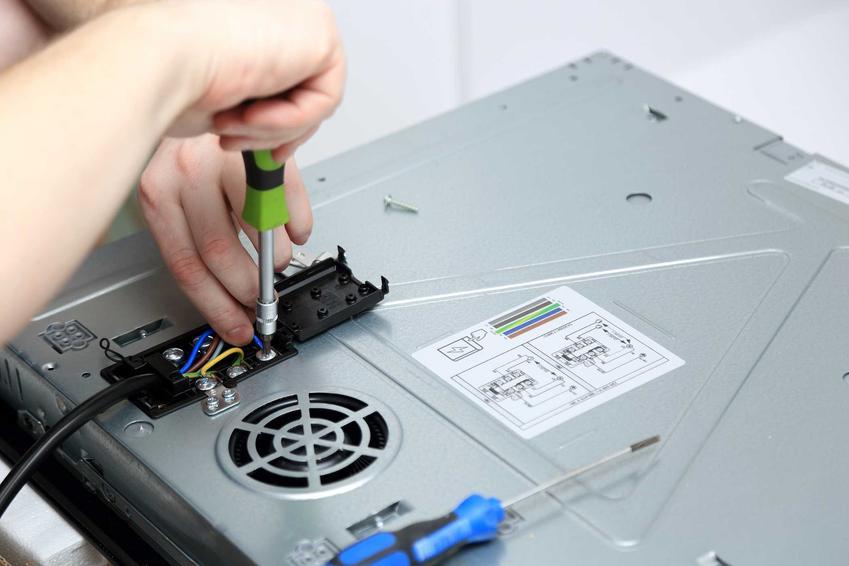 Montaż płyty indukcyjnej nie jest trudny, trzeba jednak mieć doświadczenie w łączeniu kabli w trójfazowej instalacji.