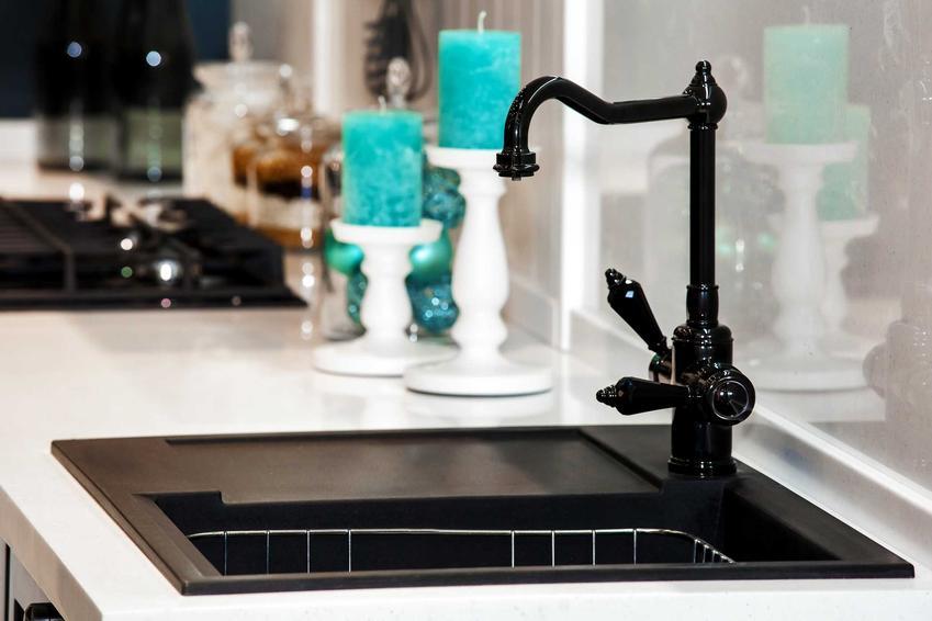 Czarna bateria kuchenna przepięknie się prezentuje. Można zrobić z jej pomocą wiejskie i rustykalne aranżacje