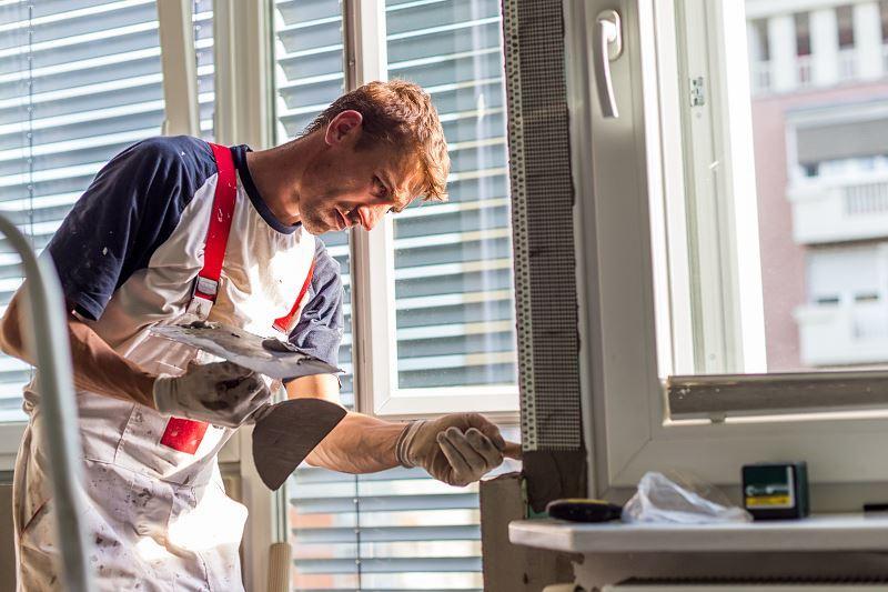 Kit do okien jest przydatny podczas osadzania nowych okien lub uszczelniania starych. Nie jest szczególnie drogi - ceny to zaledwie kilkanaście złotych za kilogram.