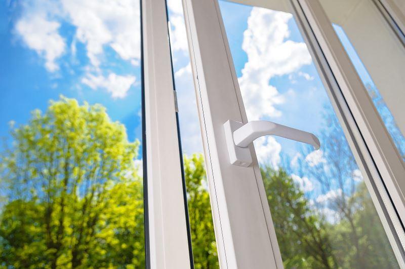 Okna plastikowe mają wiele zalet w stosunku do okien drewnianych czy aluminiowych. Są bardzo lekkie i dobrze się sprawdzają.