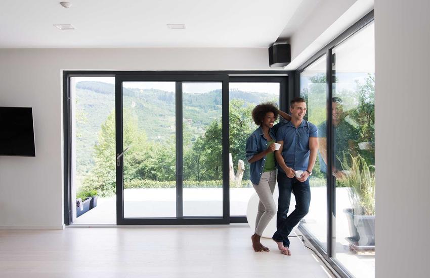 Okna o ciemnych kolorach - antracytowe czy tytanowe to dobre rozwiązanie do mieszkań nowoczesnych i mniej tradycyjnych.