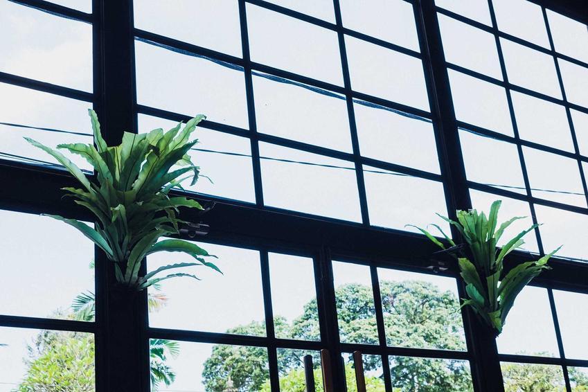 Duże okna antracytowe bardzo ładnie się prezentują. Ciemne ramy to dobre tło dla szyb, pasują do mieszkań w każdym stylu.