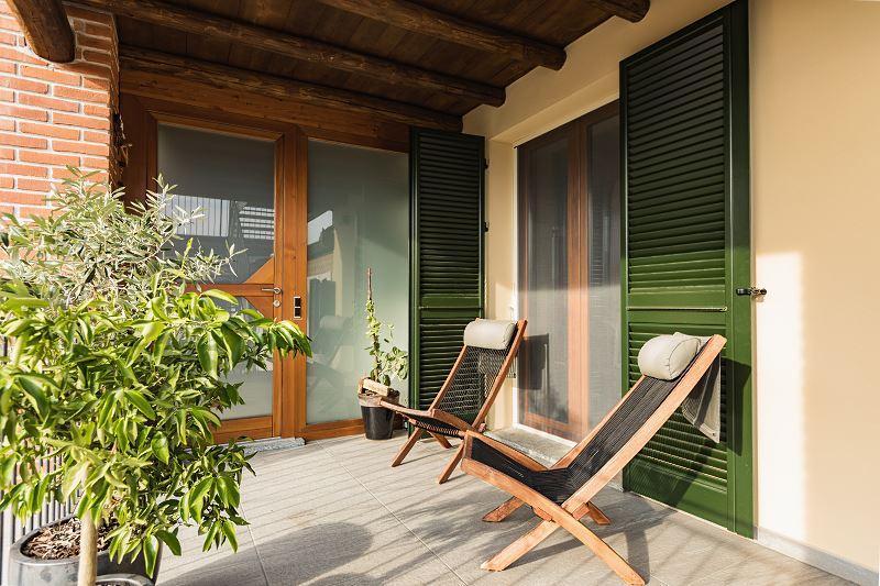 Okna złoty dąb wyróżniają się stylem. Są bardzo dobrej jakości, brązowy kolor pasuje do stylu klasycznego