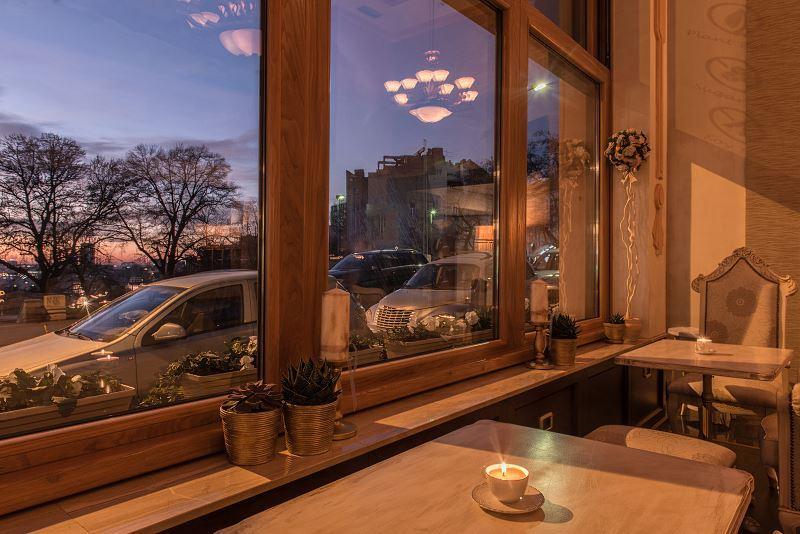 Okna w kolorze złotego dębu są najbardziej popularne. Mają ładny, ciepły odcień drewna, dobrze się prezentują w klasycznych wnętrzach.
