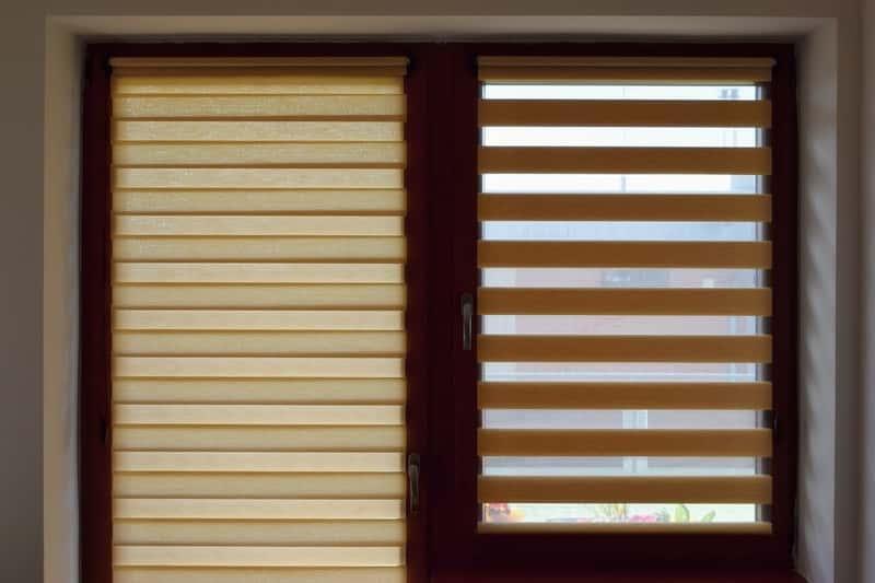 Okna i drzwi balkonowe w kolorze winchester w pokoju dziennym, a także opinie, ceny, wygląd, style i zastosowanie okien