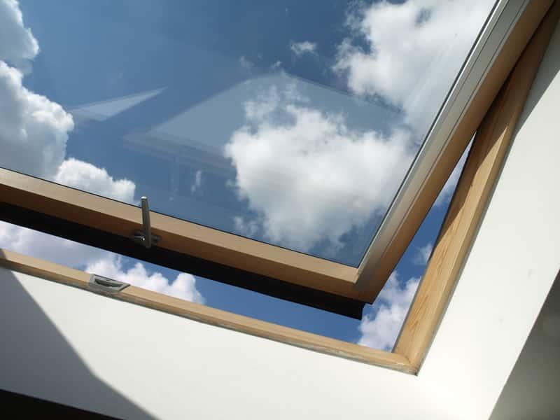 Okno obrotowe zamontowane w dachu, a także informacje o oknach obrotowych, różne rodzaje i wiodący producenci